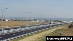 Грузовые машины на автомобильном съезде с Керченского моста, Керчь, 1 октября 2018 года