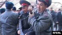 """Милиция """"Ак шумкар"""" партиясынын мүчөлөрүн кармап кетүүдө, 2010-жылдын 23-марты, Бишкек."""