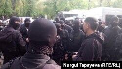 Сотрудники спецназа на месте задержания десятков участников мирного шествия. Алматы, 1 мая 2019 года.