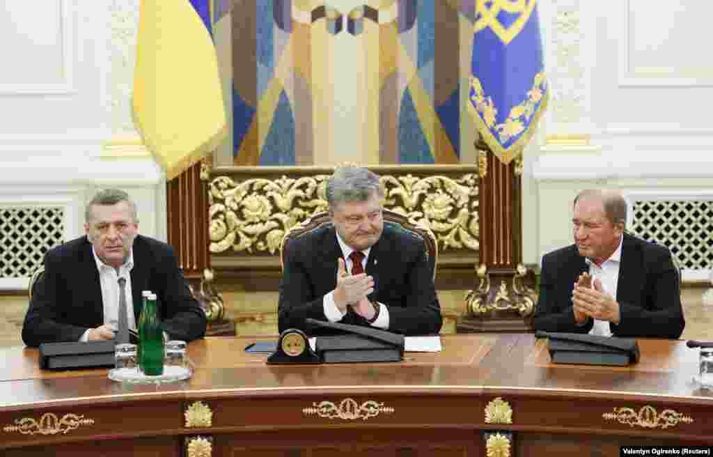 Освобожденные Чийгоз и Умеров вечером 27 октября отправились в Администрацию президента на встречу с Петром Порошенко.