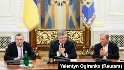 Ахтем Чийгоз, Ильми Умеров и президент Украины Петр Порошенко. 27 октября 2017 года.