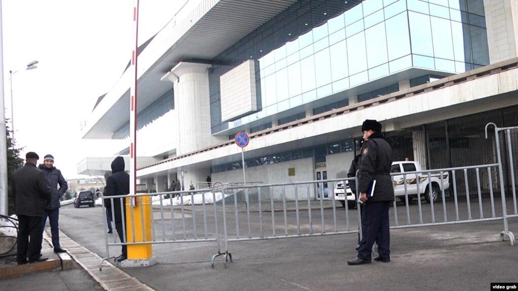 Несколько активистов задержаны перед отчетной встречей Бауыржана Байбека с населением