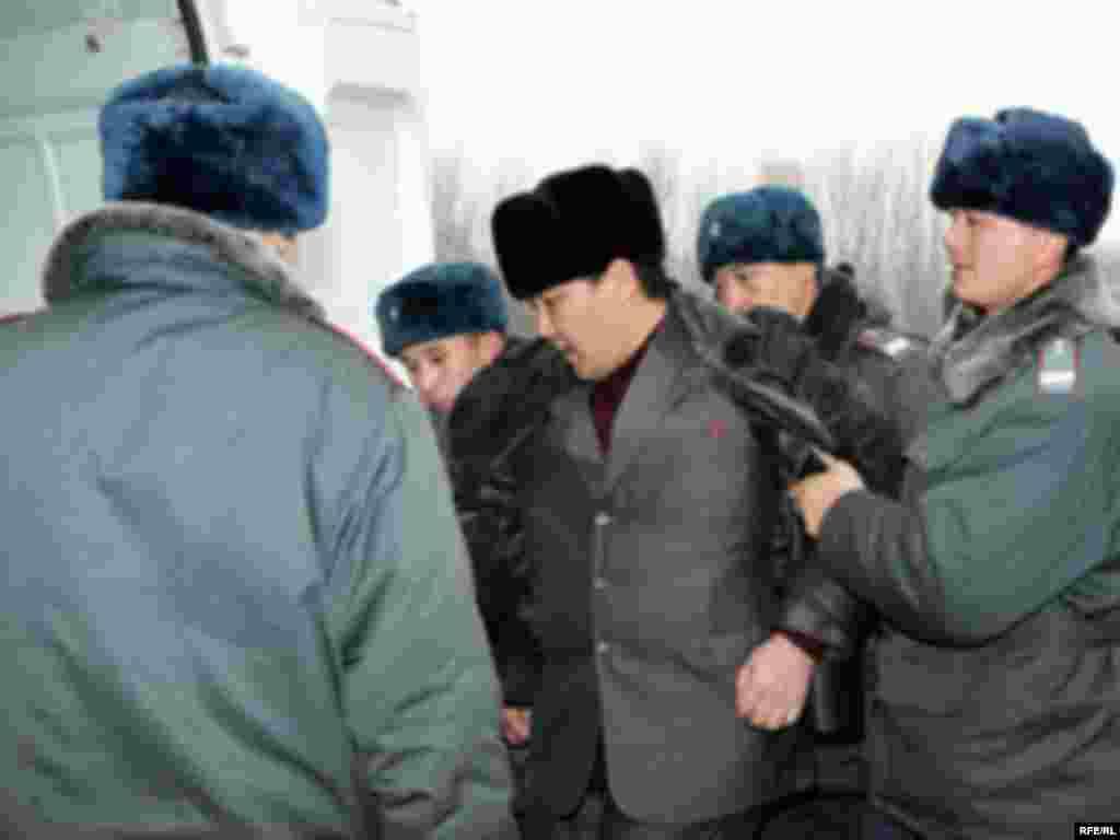 Правоохранительными органами Кыргызстана задержаны организаторы акции по сожжению государственных флагов США и Израиля Нурлан Мотуев и Турсунбай Бакир уулу.