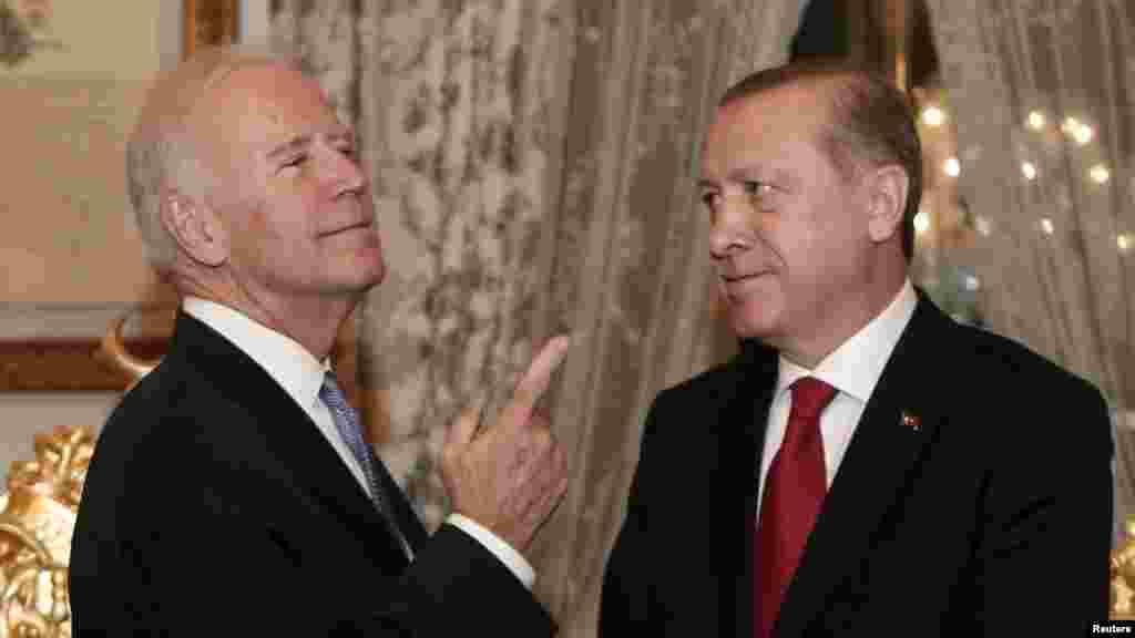 САД / ТУРЦИЈА - Американскиот претседател Џо Бајден ја нарече одлуката на Турција да се повлече од Истанбулската конвенција за правата на жените - длабоко разочарувачка. Во изјавата на Белата куќа, објавена на 21 март, Бајден рече дека повлекувањето на Турција од Истанбулската конвенција е ненадејно и неоправдано. Тој ја нарече одлуката: разочарувачки чекор наназад за меѓународното движење да стави крај на насилството врз жените на глобално ниво.