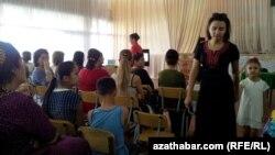 Türkmenistandaky mekdepleriň birinde geçirilýän ene-atalar ýygnagy.