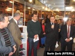 Criticul Tudorel Urian (al doilea din dreapta) și editorul Gheorghe Prini (dreapta)