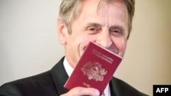 Всемирно известный танцор балета Михаил Барышников позирует с только что полученным латвийским паспортом, Рига, 27 апреля 2017 года.