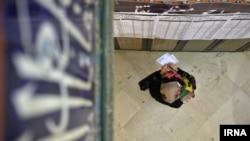 Женщина голосует в Иране