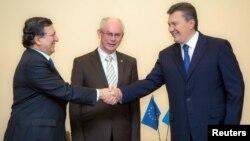 Լիտվա - Ուկրաինայի նախագահ Վիկտոր Յանուկովիչ, Եվրոպական խորհրդի նախագահ Հերման վան Ռոմպոյ և Եվրահանձնաժողովի նախագահ Ժոզե Մանուել Բարոզու, Վիլնյուս, 28-ը նոյեմբերի, 2013թ․