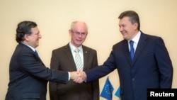 Еурокомиссия төрағасы Жозе Мануэль Баррозу (сол жақта) мен Еуропа кеңесінің басшысы Херман ван Ромпей (ортада) Украина президенті Виктор Януковичпен (оң жақта) кездесуде. Вильнюс, 28 қараша 2013 жыл.