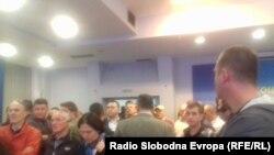 Симпатизери и поддржувачи на СДСМ во партиското седиште во Скопје