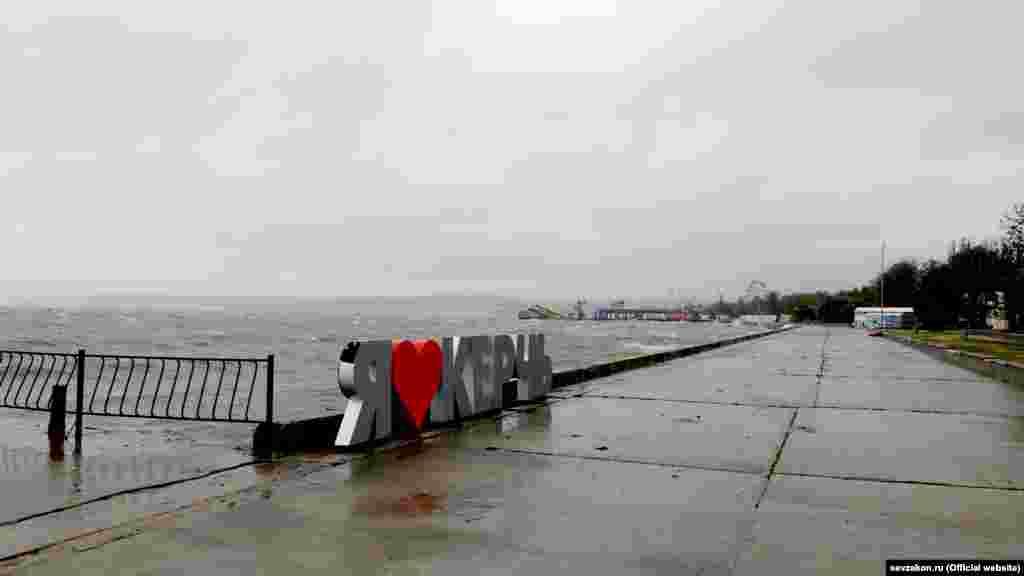 На городской набережной – порывы шквального ветра, на море сильное волнение, волны захлестывают бетонное ограждение