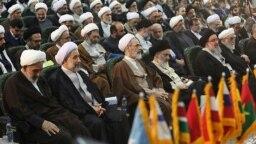 مراسم معارفه علی عباسی (نفر دوم از چپ) به عنوان رئیس جدید جامعه المصطفی در آبان ۹۷