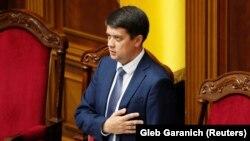 Разумков запевнив, що не прострочив терміни, підписавши закон 2 грудня