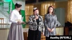 Асия Әхмәтова уртада кызы Зөлфия белән