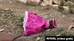 Nagorno Karabak: Një kukull e lëshuar në tokë nga një fëmijë, i cili u vra nga një breshëri artilerie mëngjesin e 27 shtatorit në fshatin Martuni.