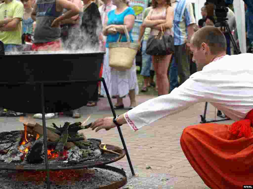 Борщ має довго варитися на вогнищі, тому треба постійно підкидати дрова.