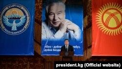 Президент Сооронбай Жээнбеков на мероприятии к 90-летию писателя Чингиза Айтматова. Ош, 3 ноября 2018 года.