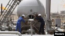 عمال عراقيون في منشأة تابعة لشركة نفط الجنوب