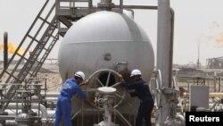 عمال في منشاة نفطية بجنوب العراق