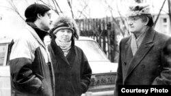 Генадзь Грушавы з жонкай Ірынай і пісьменьнікам Алесем Адамовічам
