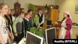 Лариса Гайнетдинова балаларны татар бүлмәсе белән таныштыра