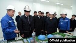 Президенту презентуют макет завода в Оше.