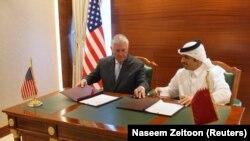 Рекс Тиллерсон жана Мохаммед бин Абдулрахман ал-Тани документке кол койгон учур. Доха, 11-июль, 2017-жыл.