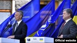 Президент України Петро Порошенко й генеральний секретар НАТО Єнс Столтеньберґ (ліворуч). Київ, 10 липня 2017 року