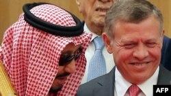 Иордания королі Абдалла ІІ (оң жақта) Араб елдері лигасының саммитінде Сауд Арабиясының королі Салман бин Абдулазиз әл-Саудпен сөйлесіп тұр. Иордания, 29 наурыз 2017 жыл.