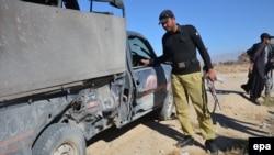 Сотрудники пакистанских спецслужб осматривают место взрыва в беспокойной провинции Белуджистан. 25 ноября 2015 года.