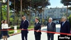 İlham Əliyev yeni binanın lentini kəsir.
