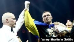 Боксер Олександр Усик у ніч на 22 липня за підсумками поєдинку з росіянином Муратом Гассієвим у Москві завоював титул абсолютного чемпіона світу з боксу у ваговій категорії до 90,7 кілограма