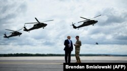 Американскиот претседател Доналд Трамп посматра воена вежба во државата Њујорк, 13.08.2018.