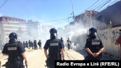 Gaz lotsjellës ndaj protestuesve