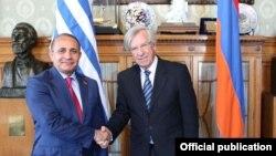 Уругвай - Встреча спикера парламента Армении Овика Абрамяна (слева) с с вице-президентом Уругвая, председателем Сената Данило Астори, Монтевидео, 21 ноября 2013 г. (Фотография - пресс-служба парламента Армении)