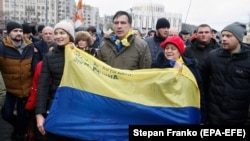 Former Odesa Governor Mikheil Saakashvili (center) walks with protesters in downtown Kyiv on December 5.