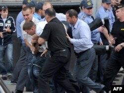 Переодетые в гражданскую одежду офицеры беларусской полиции производят арест участника акции протеста. Минск, 15 июня 2011 года.
