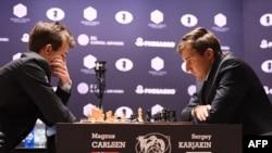 Норвежский гроссмейстер Магнус Карлсен (слева) и россиянин Сергей Карякин. Нью-Йорк, 11 ноября 2016 года.