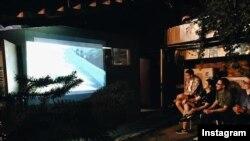 Киноларны һәр җомга ачык һавада кафе янындагы мәйданчыкта күрсәтәләр