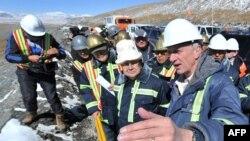 """Премьер-министр Кыргызстана Жанторо Сатыбалдиев (слева) на встрече с президентом компании """"Кумтор"""" Майклом Фишером."""