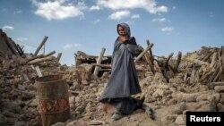 Қираған үйінің орнында тұрған бала. Иран, 13 тамыз 2012 жыл.