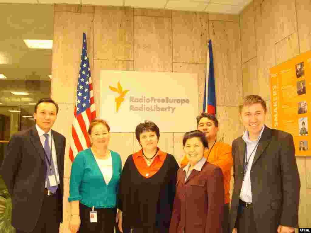 Азаттықтың Прагадағы баспәтеріне қонаққа келген Жәмилә Стехликованы қазақтар күтіп алды - Kazakhstan/Czech Republic- Former Minister On Human Rights Of Minority Groups Zhamila Stehlikova With Broadcasters Of Kazakh Service In RFE/RL