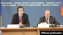 Главный переговорщик ЕС Гуннар Виганд (слева) и замглавы МИД Армении Зограб Мнацаканян на совместной пресс-конференции, Ереван, 20 марта 2013 г.