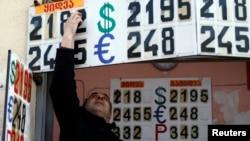 Падение грузинской национальной валюты вызывает у граждан Грузии и бизнесменов все больше опасений. Некоторые обменные пункты и вовсе начали придерживать доллар до «лучших времен»