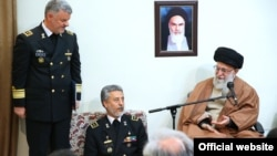 حسین خانزادی (ایستاده) در کنار حبیبالله سیاری و علی خامنهای