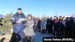 Председатель профсоюзного комитета компании «МунайФилдСервис» Ахмет Суирханов зачитывает на акции протеста требования рабочих. Жанаозен, 4 февраля 2014 года.