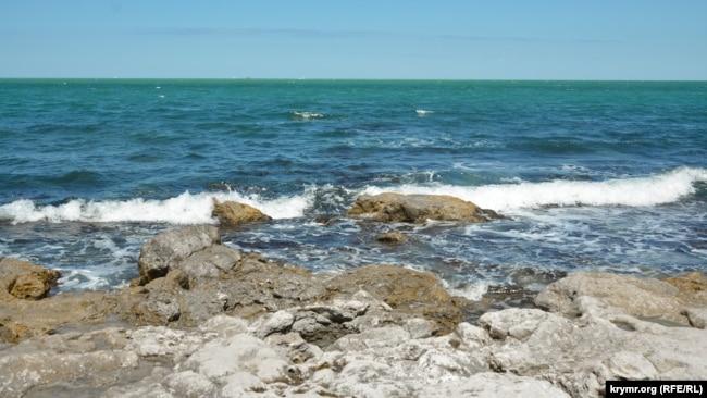 Морские волны разрушают побережье заповедника