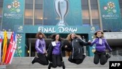 UEFA еріктілері Ұлттық өнер сарайы алдында. Киев, 1 желтоқсан 2011 жыл. (Көрнекі сурет)