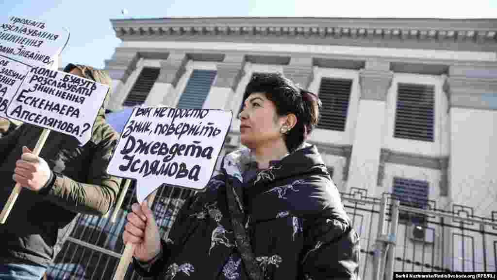 Крымская правозащитная группа предполагает, что к похищениям причастны российские власти или подконтрольные им парамилитарные группы